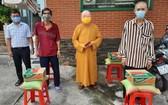 第八坊與蓮華寺向地方貧困戶贈送日用品。