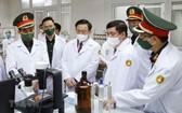 國會主席王廷惠(中)參觀軍醫學院研究室。(圖源:越通社)
