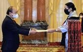 國家主席阮春福(左)接受新西蘭新任駐越大使遞交國書。(圖源:越通社)