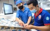市技術師範大學生(右)獲安排到7號印刷股份 公司印刷廠實習。