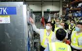 衛生部長阮清隆在機場接收疫苗。 (圖源:陳明)