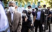 6月18日,人們在伊朗德黑蘭一個投票點排隊等待投票。 (圖源:新華社)