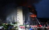 6月17日,在京畿道利川市Coupang德坪分揀中心,滅火作業連夜進行。(圖源:韓聯社)