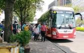 圖為一輛駛入市區並停留在奠邊府街上的臥鋪客車。(圖源:明軍)