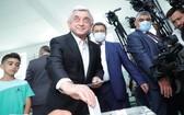 6月20日,亞美尼亞前總統謝爾日·薩爾基相在埃里溫一家投票站參加議會選舉投票。(圖源:新華社)