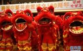 6月20日,香港市民在舞獅慶賀。(圖源:新華社)