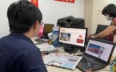 讀者通過華文《西貢解放日報》網報了解新聞。