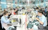 守德市一家出口運動鞋企業的生產線。