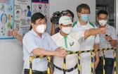 市人委會主席阮成鋒(左一)視察接種工作。