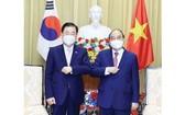 國家主席阮春福(右)接見韓國外交部長鄭義溶。(圖源:曰鐘)