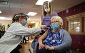 美國艾奧瓦州一家養老院內,一位居民正在接種新冠疫苗。(圖源:AP)