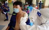 環衛工人接種新冠疫苗。(圖源:黎潘)