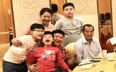 蔡祥福(前排右二)和妻兒與父親、侄兒歡聚。