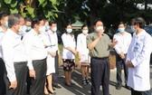 范明政總理與平陽省全科醫院的醫生和醫護人員交談。(圖源:春忠)