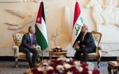 伊拉克總統巴爾哈姆‧薩利赫(右)會見約旦國王阿卜杜拉二世。(圖源:AP)