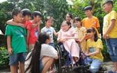 阮氏玉心與學生交談。