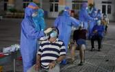 疫情防控工作人員為平新郡平治東坊居民進行採樣檢測。(圖源:獨立)