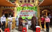 組委會向3個貧困戶贈送救濟物資。