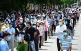6月29日上午,新富郡富壽和坊約2萬當地居民排隊做核酸篩查。(圖源:VNN)