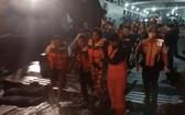 獲救的人員被送上岸。(圖源:互聯網)
