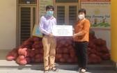 華人企業家陳偉民(左)接收大勒花卉協會的蔬菜以運抵本市。