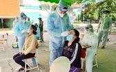 民眾接受採樣檢測新冠病毒。