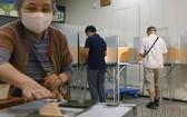 日本東京選民在一處投票站參加投票。(圖源:共同社)