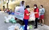 紅十字會工職員準備禮品發給窮人。