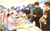 眾多同奈省居民前往同奈全科醫院登記採檢。(圖源:芳柳)