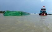 駁船側翻現場。(圖源:越通社)