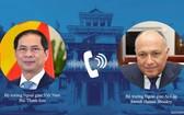 外交部長裴清山(左圖)與埃及外交部長薩邁赫‧哈桑‧舒凱里互通電話。(圖源:俊英)
