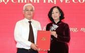 阮文利同志(左)從中央組織部部長張氏梅手中接過人事委任《決定》。(圖源:福俊)
