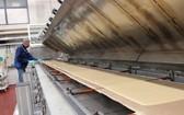 這張芬蘭國家技術研究中心提供的圖片顯示,工人在新型材料生產車間內工作(資料照片)。