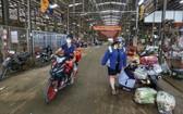 本月6日晚上8時前,進入平田集散市場收拾商品的商販須出示對新冠肺炎 病毒呈現陰性反應的檢測結果。