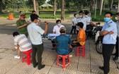 7月9日上午,在嘉定公園區內,3名違反社交隔離規定者被罰款每人200萬元。(圖源:小翠)