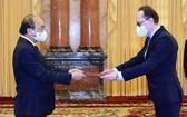 國家主席阮春福接受俄羅斯大使遞交的國書。(圖源:越通社)