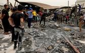 7月13日,人們聚集在伊拉克南部濟加爾省發生火災的新冠定點醫院。(圖源:路透社)