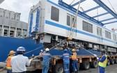 列車從貨船上卸下。(圖源:越通社)