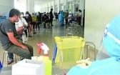 本市民眾等待進行核酸篩查工作。