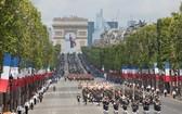 法國一年一度的國慶閱兵式當地時間 7月14日在巴黎舉行。因新冠疫情近期有反彈跡象,法國在閱兵式期間採取了嚴格的防疫措施。(圖源:AP)