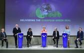 歐盟委員會主席馮德萊恩(中)出席應對氣候變化一攬子計劃提案發佈會。(圖源:新華社)