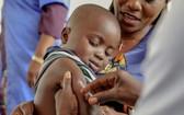 一名非洲小孩接受疫苗注射。(示意圖源:互聯網)