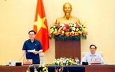 國會主席王廷惠(左)與政府總理范明政共同主持會議。(圖源:越通社)