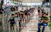 泰國民眾排隊等候接受新冠病毒採檢。(圖源:越通社)