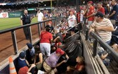 華盛頓國民隊棒球場外發生明顯槍擊事件後,球迷們紛紛躲避。(圖源:AP)