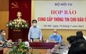 內務部副部長阮維昇(站)在新聞發佈會上發言。(圖源:越通社)