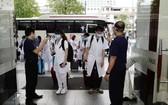 本市一家酒店人員站在大門口迎接前來支援本市抗疫的一線醫護人員。(圖源:蔡芳)
