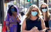 圖為3月29日,美國洛杉磯,好萊塢大道上行人戴著口罩。(圖源:路透社)