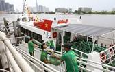 一艘滿載新鮮果蔬的高速艇停靠在白藤碼頭岸邊卸貨。(圖源:月兒)