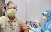 華人老幹部朱杞文獲接種疫苗。